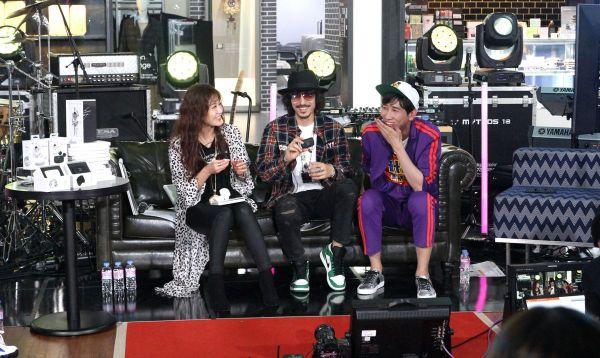 CJ ENM 오쇼핑부문의 모바일 쇼핑방송 '쇼크라이브'에 출연해 유인석 쇼호스트(오른쪽), 허윤선 쇼호스트(왼쪽)와 토크를 진행하고 있는 타이거JK.