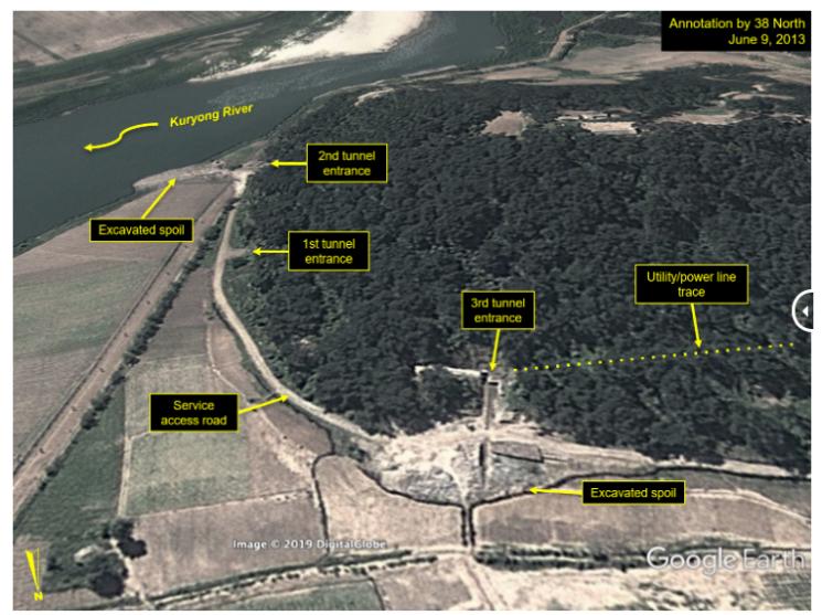 영변 구룡강 언덕 아래에 있는 또다른 지하시설. 2013년에 찍힌 사진으로 3개의 터널 입구와 송전선 등이 관측된다.