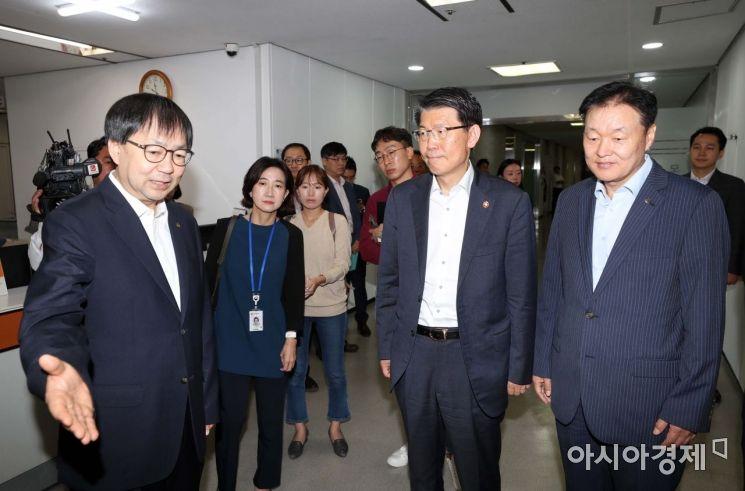 [포토]중앙서민금융통합지원센터 방문한 은성수