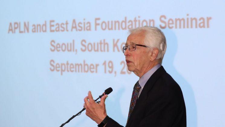 지그프리드 해커 박사가 19일 오전 중구 더플라자 호텔에서 아시아태평양 핵비확산군축 리더십네트워크(APNL)-동아시아재단(EAF) 초청 세미나 발표를 하고 있다. (사진=연합뉴스)