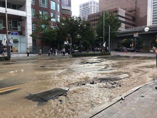 서울 지하철 5호선 서대문역 앞 누수로 인해 도로가 전면 통제되고 있다. [이미지출처=연합뉴스]