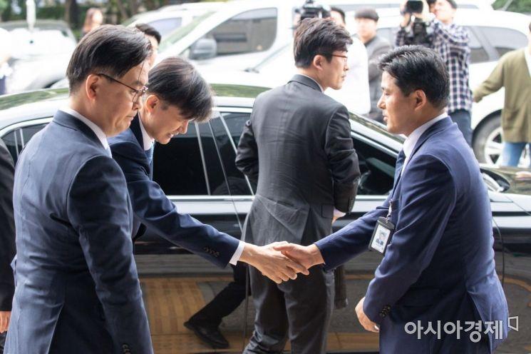[포토]의정부지검 검사들과 인사하는 조국 장관