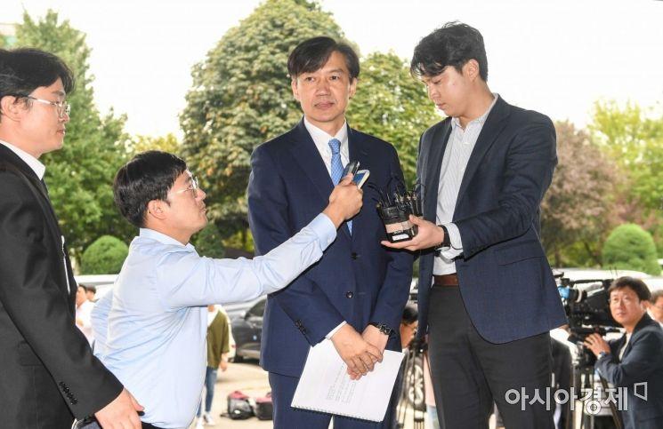 [포토]취재진 질문 받는 조국 법무부 장관