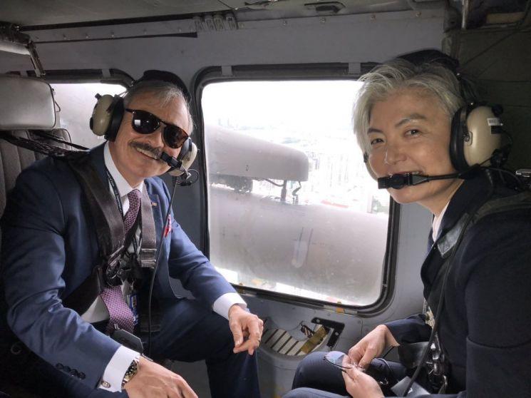 강경화 외교부 장관이 20일 해리 해리스 주한 미국대사와 함께 오산 공군기지로 향하는 미군 블랙호크 헬기에 탑승하고 있다. [이미지출처=연합뉴스]