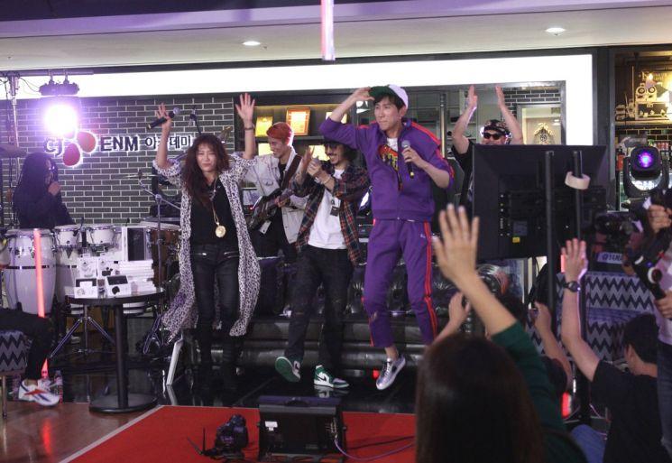 CJ ENM 오쇼핑부문의 모바일 쇼핑방송 '쇼크라이브'에 출연해 유인석 쇼호스트(오른쪽), 허윤선 쇼호스트(왼쪽)와 춤을 추고 있는 타이거JK.