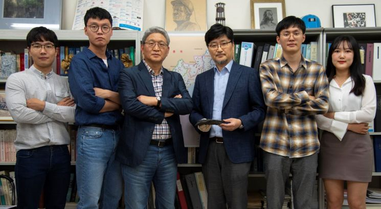 인하대 북한자원개발연구센터 김진 센터장(오른쪽에서 세번째)과 연구원들  [사진=인하대]