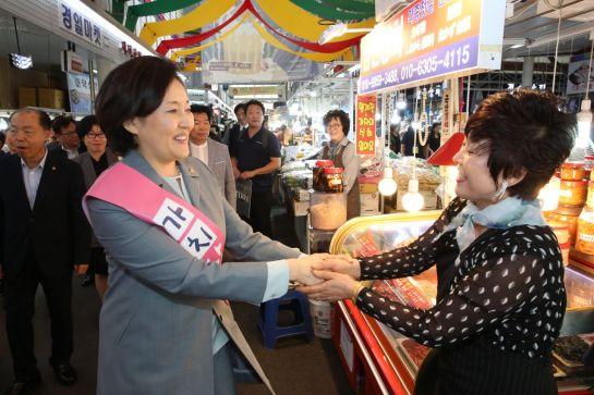 박영선 중소벤처기업부 장관(왼쪽)이 서울 신중부시장을 방문해 시장 상인과 악수하고 있다.