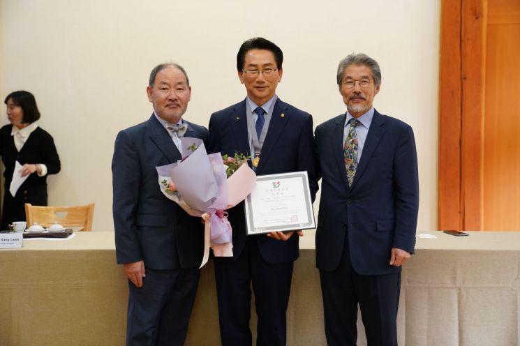왼쪽부터 강철희 한국건축가협회 회장, 김영종 종로구청장, 이상림 명예건축가회 의장