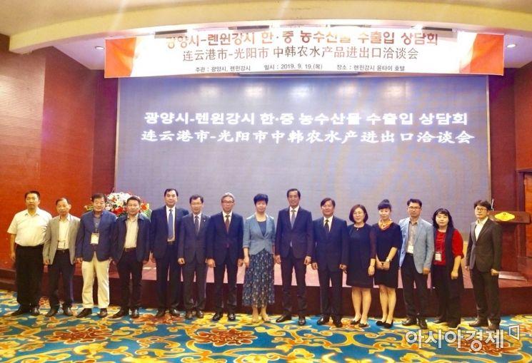 우호협력 도시인 중국 렌윈강(連雲港)시를 방문해 농수산품 수출입 협력 활동을 펼치고 있는 광양시 대표단(사진=광양시 제공)