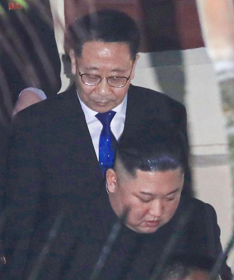 2019년 2월 26일 2차 북·미정상회담을 위해 베트남 하노이를 방문한 김정은 국무위원장이 주베트남 북한대사관 방문 당시 김 위원장을 수행하는 김명길 전 대사의 모습.