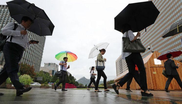 중부지방에 많은 비가 예보된 지난 10일 오전 서울 광화문광장에서 시민들이 걸어가고 있다. / 사진=연합뉴스