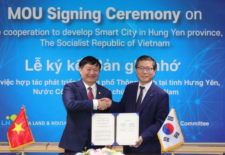 지난 20일  '스마트시티 개발 협력을 위한 전략적 양해각서(MOU)'를 체결한 LH 변창흠 사장(사진 오른쪽) 및 웅우엔 반 퐁 흥이엔성 성장이 기념촬영을 하고 있다.