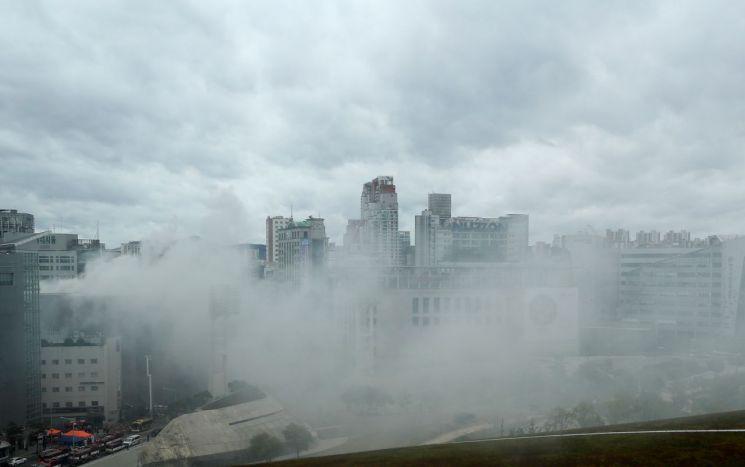 22일 오전 서울 중구 제일평화시장에서 화재가 발생해 인근 지역이 연기로 뒤덮여 있다. [이미지출처=연합뉴스]
