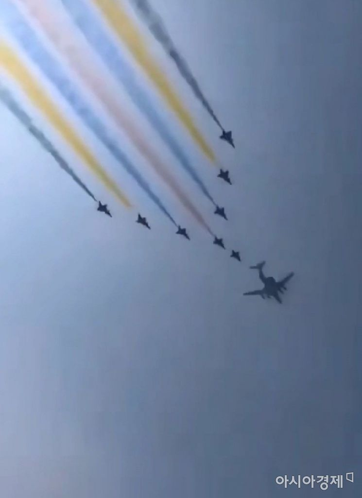 22일 오전 베이징 하늘 곳곳에서는 다양한 색의 연기를 내뿜으며 비행하는 전투기들이 포착됐다.