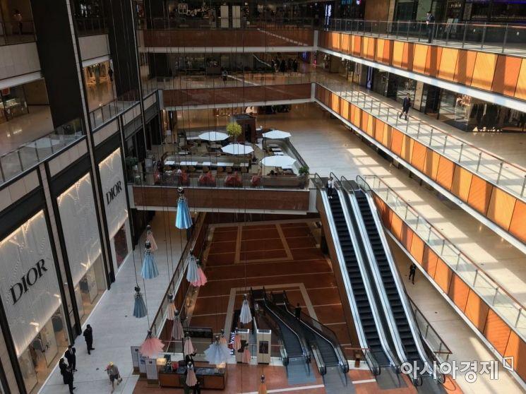 22일 오후 1시가 임박하자 왕푸징 일대 백화점들은 일제히 문을 닫을 준비를 하고 손님들을 밖으로 내보냈다.