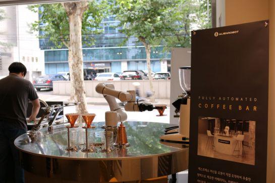 팁스 그라운드에 설치된 '바리스타 로봇'이 직접 에스프레소 기계를 조작하면서 추출한 원액으로 고객들에게 제공할 커피를 만들고 있다.(사진제공= 중기부·팁스타운)