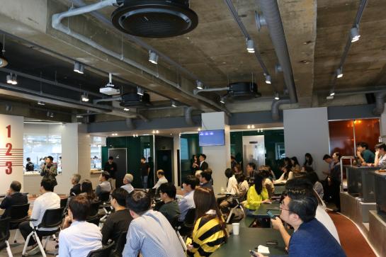 서울 역삼동 팁스타운 1층에서 열린 팁스 그라운드 개소식에 참석한 업계 관계자들이 푸드테크 투자와 공유주방 시장 전망 등에 대해 경청하고 있다.(사진제공= 중기부·팁스타운)