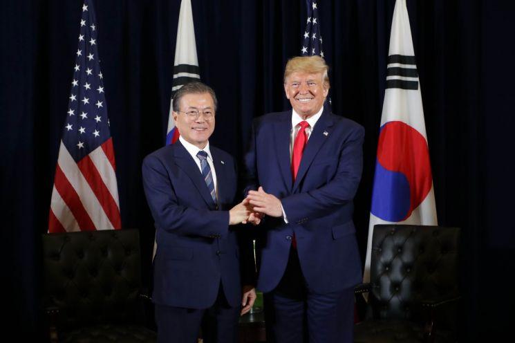 문재인 대통령과 도널드 트럼프 미국 대통령이 23일 오후 (현지시간) 뉴욕 시내 인터콘티넨탈 바클레이호텔에서 정상회담을 하기에 앞서 손을 잡고 포즈를 취하고 있다. 사진=연합뉴스