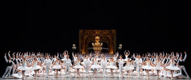 파리 오페라 발레단 개막 갈라에선 전 단원의 퍼레이드가 진행된다.  [사진= IMG (C) Julien Benhamou]