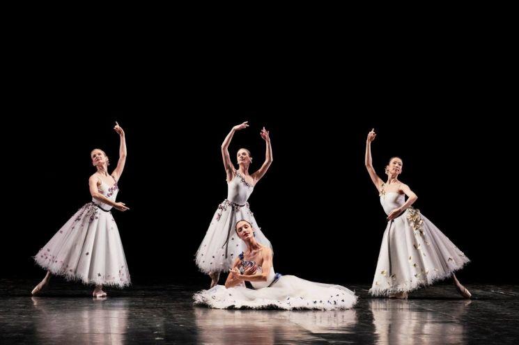 파리 오페라 발레단 갈라 '바리아시옹'에 출연한 박세은(맨 오른쪽) [사진= IMG (c) Julien Benhamou]