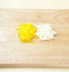 2. 달걀은 흰자와 노른자를 분리하여 소금을 약간씩 넣어 부드럽게 잘 풀어 지단을 부친다. 살짝 식으면 가늘게 채 썬다.