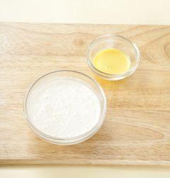 4. 밀가루에 물 1컵+1/5컵과 소금을 넣어 멍울지지 않게 부드럽게 갠다. 겨자는 물 1에 겨자가루 0.5를 묽게 개어 랩을 씌워 5분 정도 두어 발효를 시킨 다음 나머지 양념을 넣어 부드럽게 푼다. (Tip 튜브에 들어 있는 연겨자를 사용할 때에는 물에 개어서 그대로 사용하세요. 물 1.5, 설탕 0.5, 식초 1, 소금 약간)