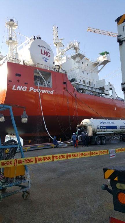 LNG추진선 그린아이리스호에 탱크로리를 통해 LNG를 공급하고 있다.