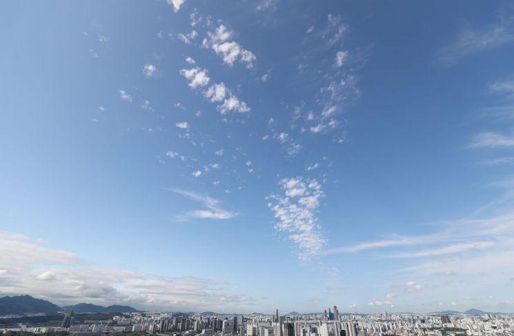 지난달 11일 오전 서울 남산에서 바라본 하늘이 파랗게 빛나고 있다. / 사진=연합뉴스