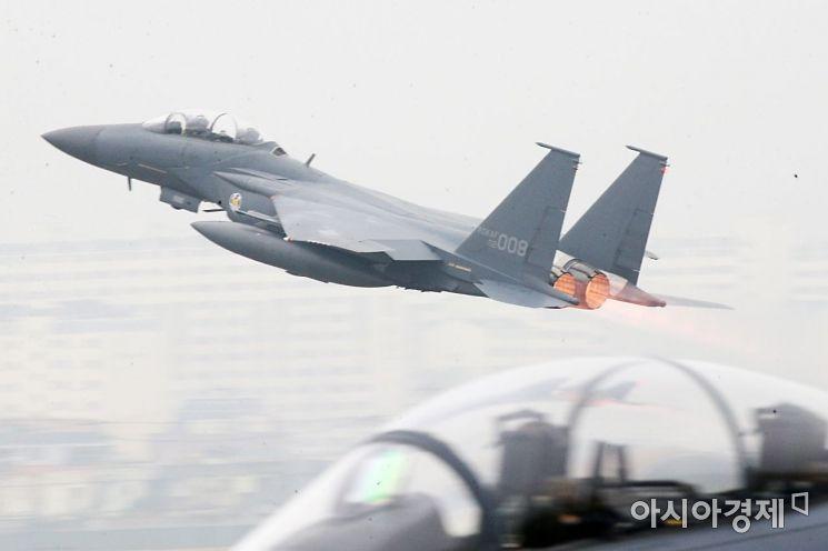 1일 국군의 날을 맞아 대구 공군기지(제11전투비행단)에서 열린 '제71주년 국군의 날 행사'에서 F15K 전투기가 임무수행을 위해 이륙하고 있다./대구=사진공동취재단