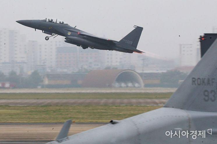 지난달 1일 국군의 날을 맞아 대구 공군기지(제11전투비행단)에서 열린 '제71주년 국군의 날 행사'에서 F15K 전투기가 임무수행을 위해 이륙하고 있다. /대구=사진공동취재단