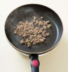 2. 팬을 달구어 식용유를 두르고 쇠고기를 넣어 센불에 2분 정도 볶는다.