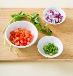3. 토마토와 적양파는 굵게 다진다. 풋고추는 송송 썰고 고수는 다듬어 씻는다.(Tip 고수가 없다면  파슬리 가루를 활용해 주세요.)