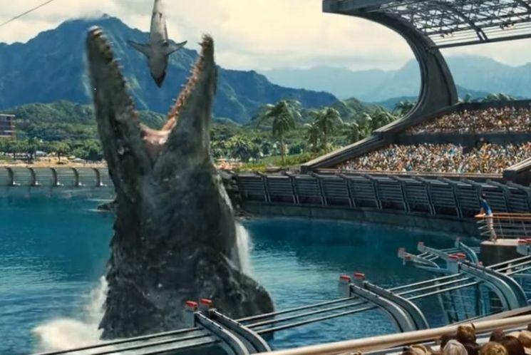 영화 '쥬라기 월드:폴른 킹덤'의 한 장면. 당시 해양 먹이사슬의 최정점에서 군림하던 어룡들도 서로 경쟁하다 멸종하게 됩니다. [사진='쥬라기 월드:폴른 킹덤' 스크린샷]