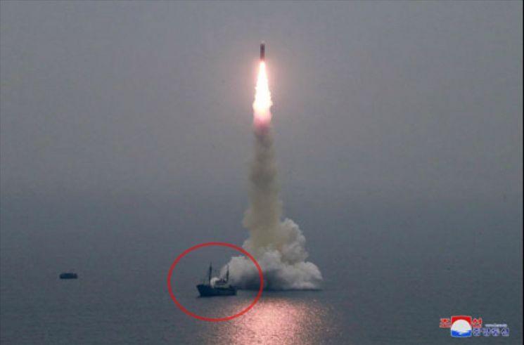 미사일 발사 위치 바로 옆에 선박(붉은 원)이 떠 있는 모습이 보이는데 수중발사대가 설치된 바지선을 끌고온 견인선으로 추정된다. (사진=연합뉴스)