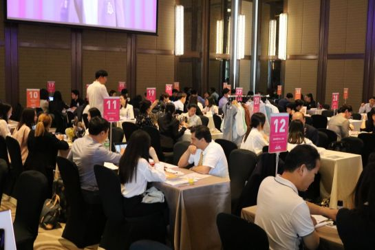 태국 방콕에서 열린 '케이콘 2019'에 참여한 한국 중소기업 임직원과 현지 바이어 등이 수출상담을 하고 있다.