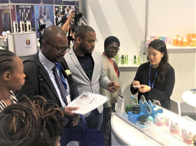 KOTRA가 5일까지 남아공 케이프타운과 케냐 나이로비에서 개최하는 '아프리카 소비재 수출대전 플러스'에서 현지 바이어들이 한국 참가기업의 거래용 샘플을 살펴보고 있다.(사진=KOTRA)