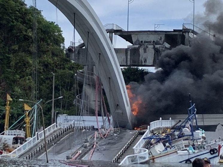 지난 1일 대만 북동부 이란현 난팡아오 항구에서 아치형 다리가 붕괴된 후 화재가 발생한 모습(타이베이 EPA=연합뉴스)
