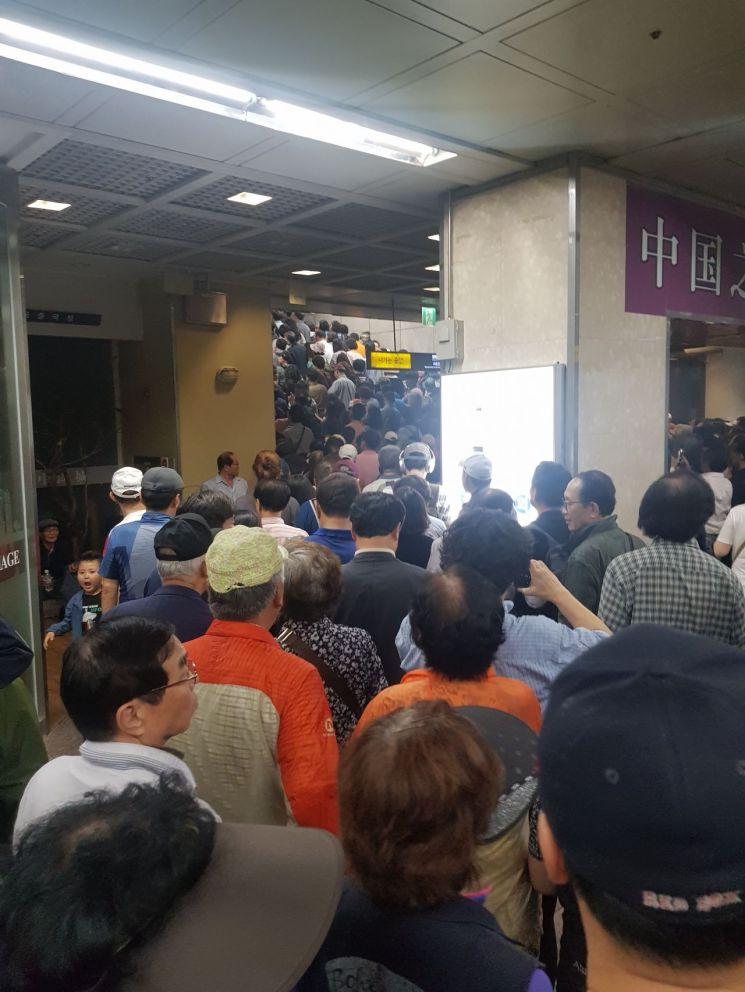 서울지하철 5호선 광화문역 일대는 극심한 교통 체증을 보이고 있다.