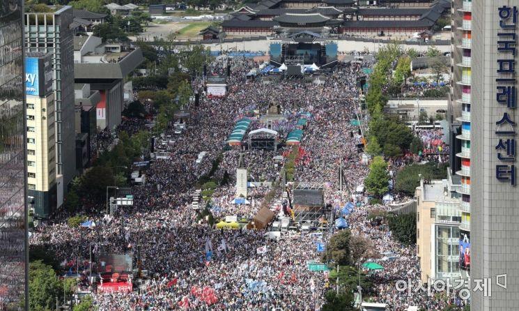 조국 법무부 장관 사퇴를 촉구하는 자유한국당과 각종 보수단체 집회로 3일 서울 광화문 일대에 인파가 몰려 있다. /문호남 기자 munonam@