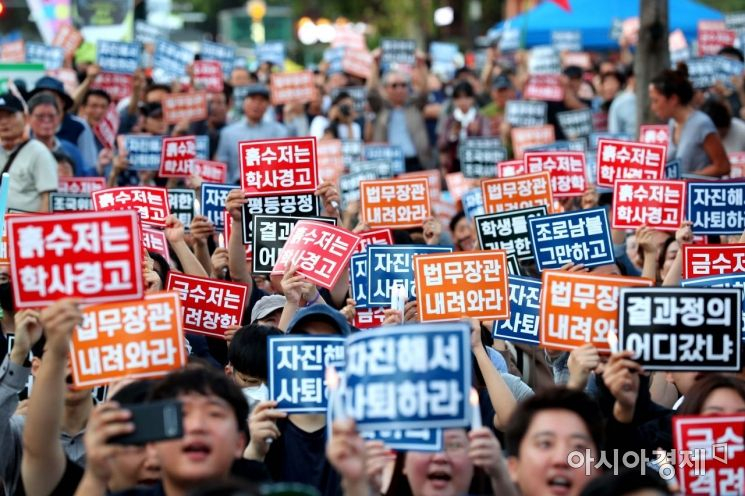 전국 대학생 연합 촛불집회 집행부가 3일 서울 대학로 마로니에공원 앞에서 조국 법무부 장관 임명을 규탄하는 집회를 하고 있다. /문호남 기자 munonam@