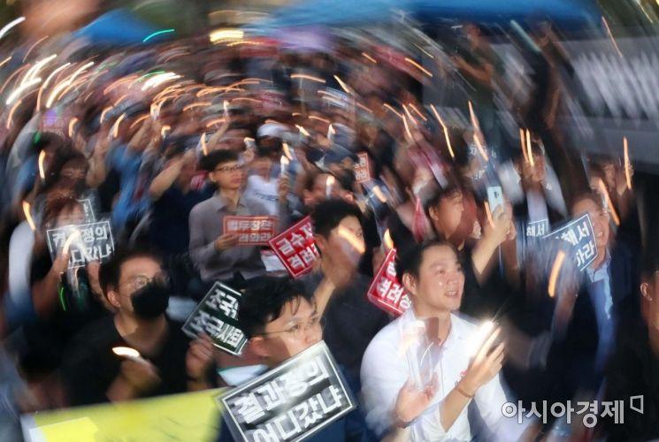 [포토]조국 규탄 촛불 든 대학생들