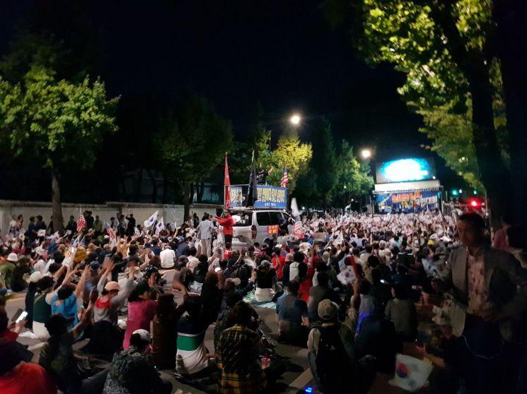 문재인 정권을 규탄하고 조국 법무부장관 퇴진을 요구하는 시위대 1000여명은 효자동 삼거리 일대에서 철야 집회를 이어가겠다는 계획이다.