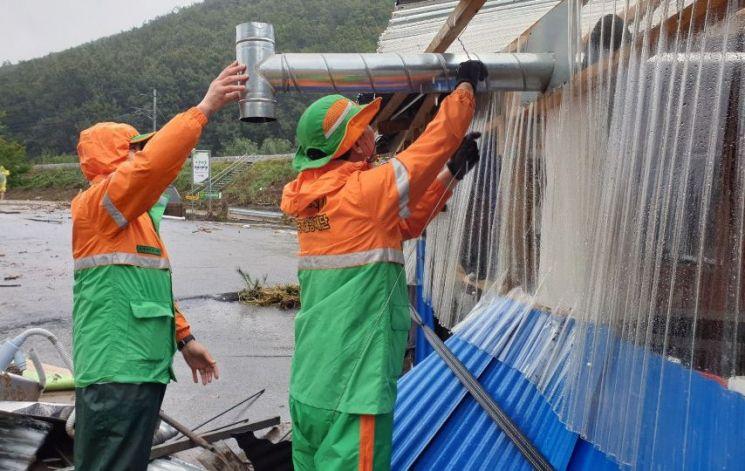 제18호 태풍 '미탁'의 영향으로 동해안에 많은 비가 내린 3일 강릉시 자율방재단이 강동면 산성우리를 찾아 피해 주택의 복구작업을 지원하고 있다. 사진=연합뉴스