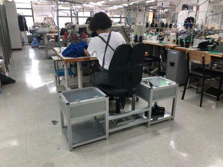 소공인 사업장에 설치된 의류봉제 의자를 사용해 작업을 하고 있다.