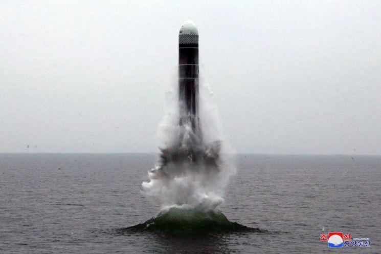 북한의 신형 잠수함발사탄도미사일(SLBM) '북극성-3형'이 지난 2일 동해상 수중에 설치된 시험발사용 바지선에서 발사돼 해수면 위로 솟아 오르고 있다. (사진=연합뉴스)