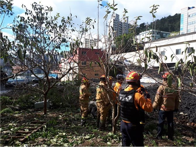 태풍 '미탁'으로 부산 사하구 한 야산 인근 주택과 식당 상가가 붕괴된 현장. 매몰된 것으로 추정된 실종자 4명은 모두 숨진 채 발견됐다.(제공=소방청)