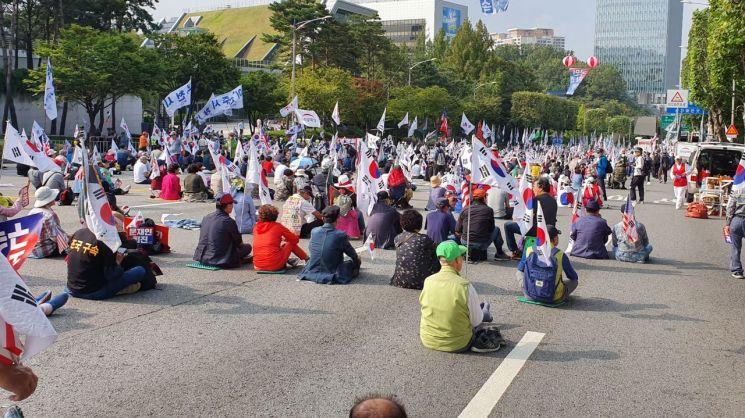 5일 오후 서울 서초경찰서 부근에서 촛불문화제의 맞불집회 성격으로 '태극기 집회'가 열리고 있다.