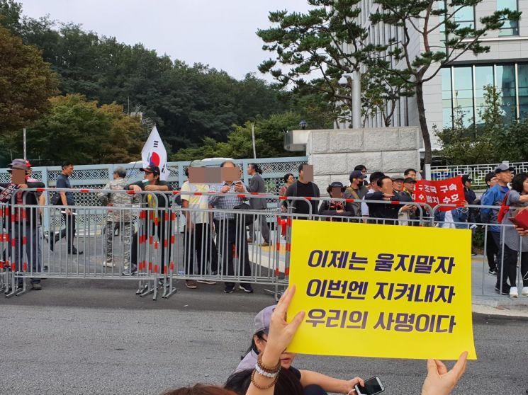우리공화당 주최 '태극기 집회' 참가자들이 검찰개혁 촛불문화제 참가자들을 향해 욕설을 내뱉고 있다.