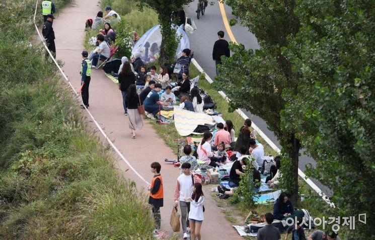 [포토] 한강둔치에 모여드는 시민들