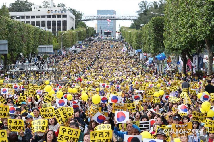5일 서울 서초역 사거리에서 열린 제8차 검찰 개혁 촛불 문화제에서 참가자들이 '조국 수호, 검찰 개혁' 구호를 외치고 있다. /문호남 기자 munonam@